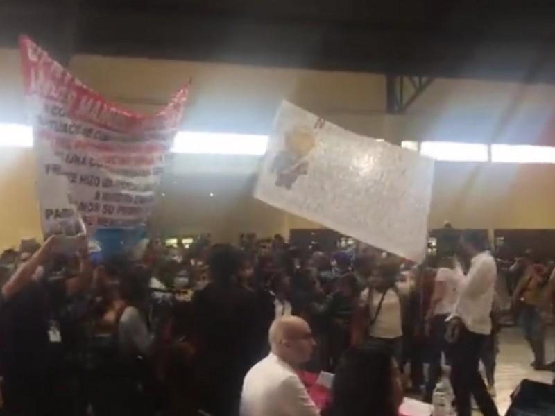 Afectados por Huracán Grace interrumpen conferencia de AMLO en Huauchinango