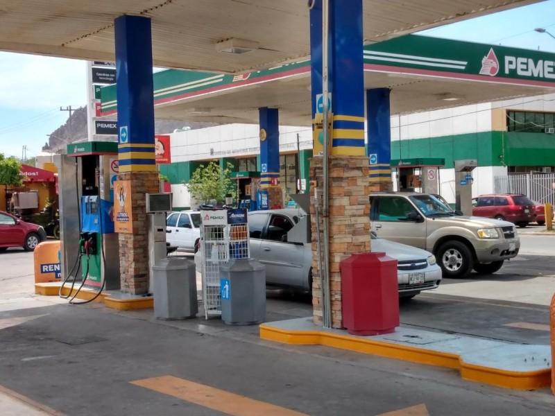 Afectados taxistas por aumento a gasolina