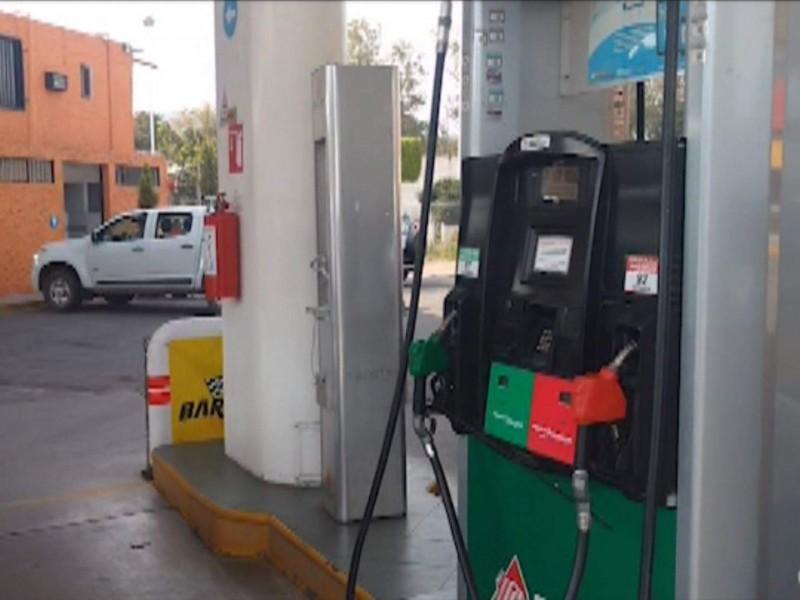 Afectados universitarios foráneos  por escasez de gasolina