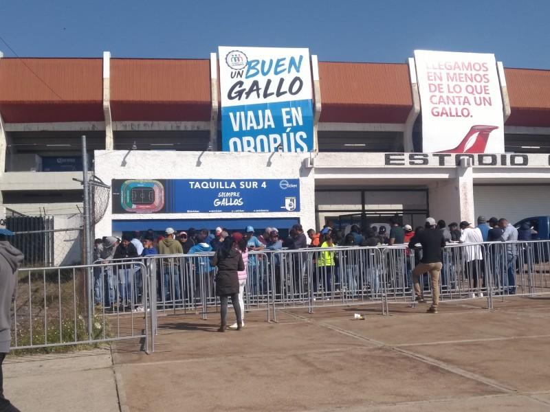 Aficionados de Gallos hacen largas filas por boletos