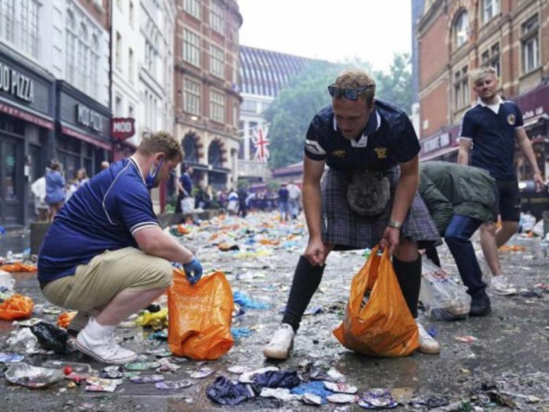 Aficionados de la selección de Escocia limpian las calles