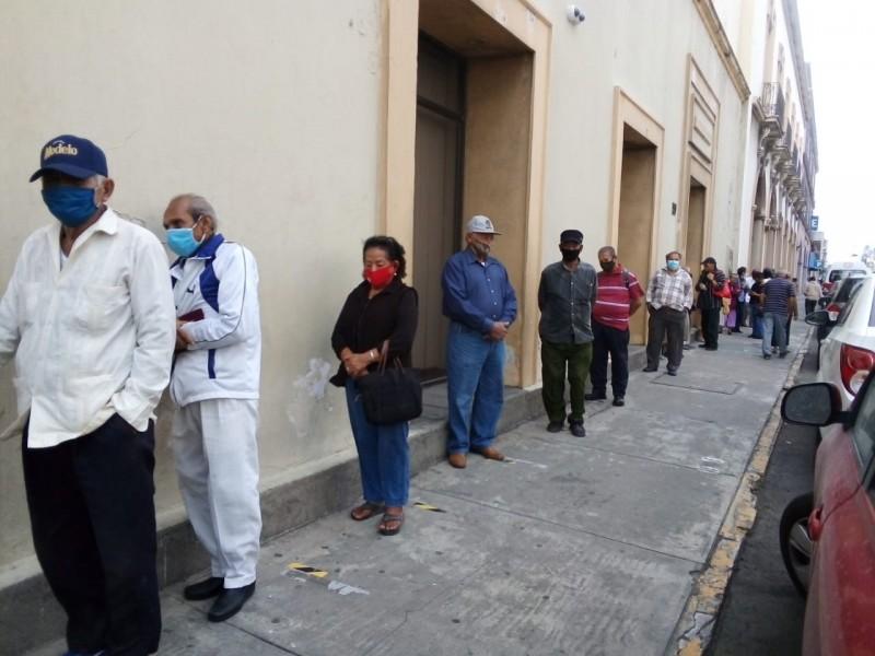 Aglomeración en zona de bancos de Veracruz