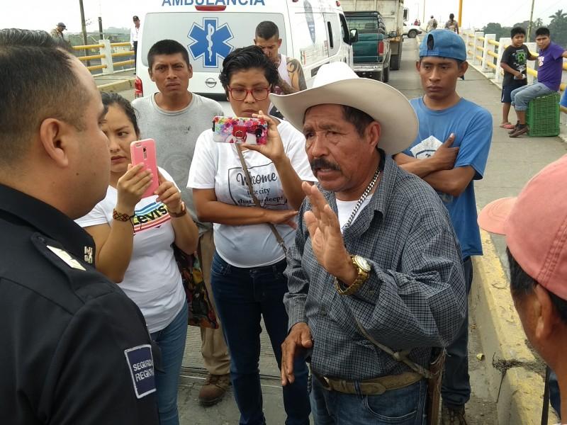 Campesinos denuncian agresión, bloquean puente Tuxpan