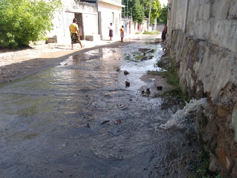 Aguas negras afectan viviendas en San Juanico; vecinos exigen atención
