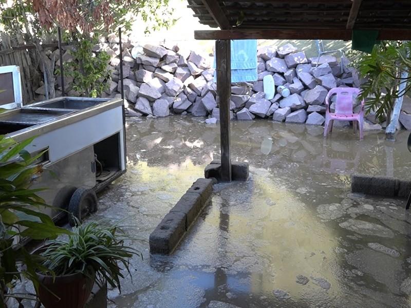 Aguas negras inundan viviendas