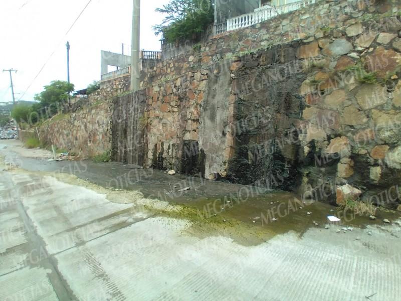 Aguas negras recorren más de 20 metros en calle Mazatlán.