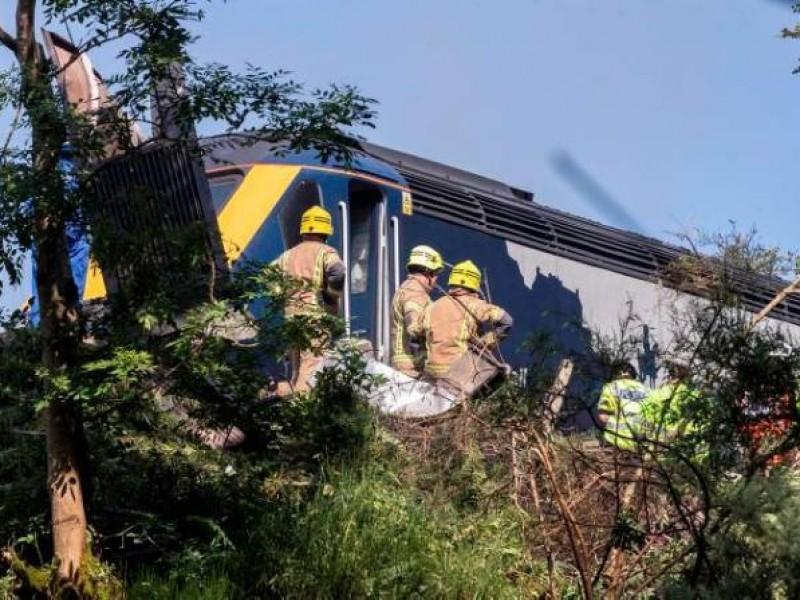 Al menos 3 muertos por descarrilamiento de tren en Escocia