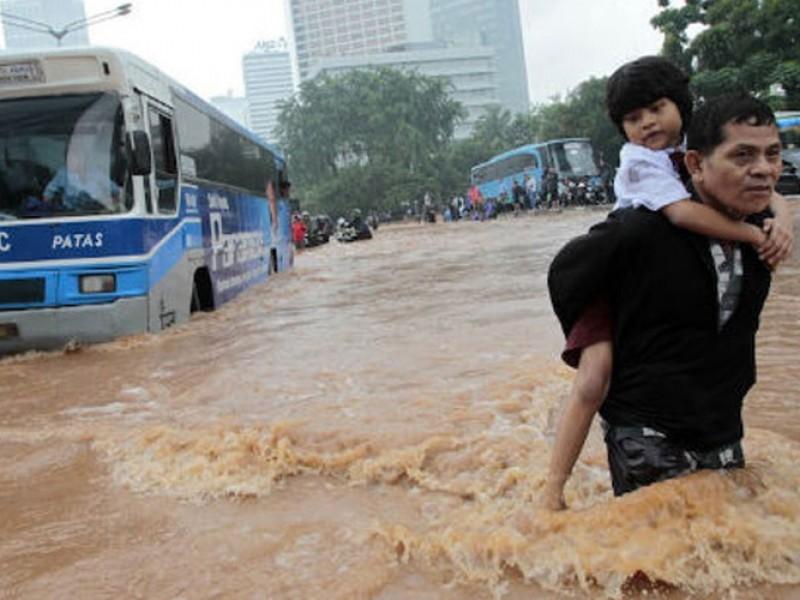 Al menos 61 muertos por inundaciones en Indonesia