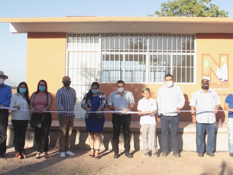 Alcalde de Navolato entrega aula en Las Bebelamas