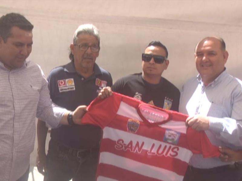 Alcalde entrega de uniformes de futbol para torneo