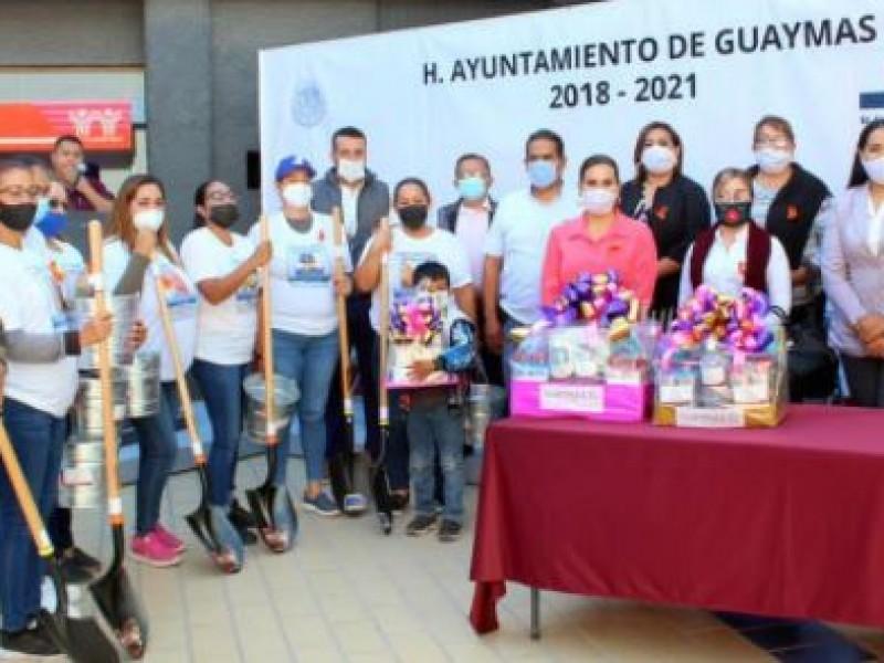 Alcaldesa regala palas a madres de desaparecidos