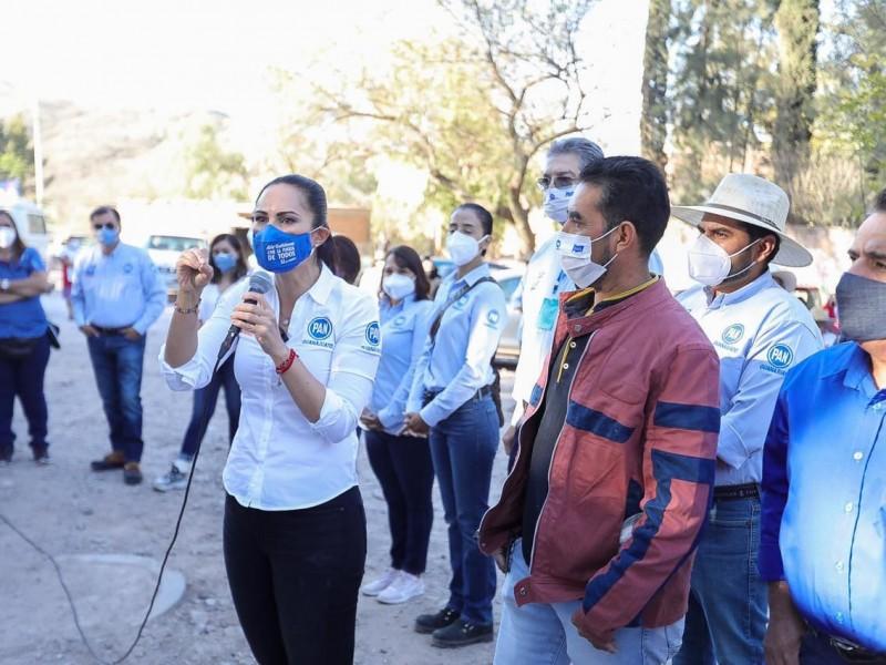 Alejandra Gutiérrez ofrece apoyo a estudiantes