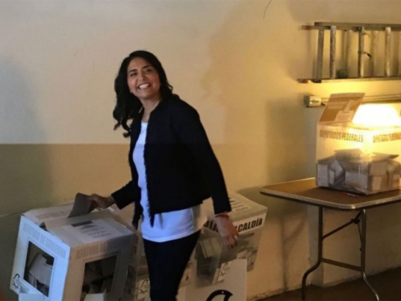 Alejandra Barrales acude a votar