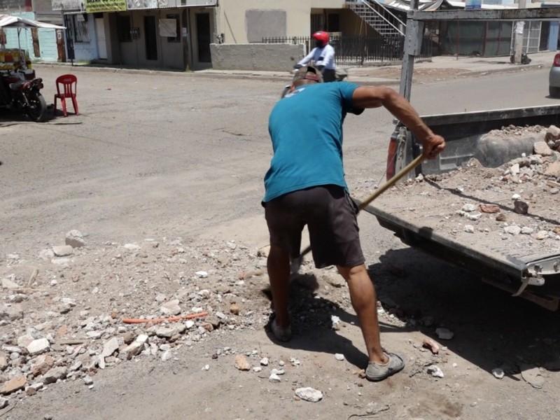 Alonzo es multado por tapar baches de ciudad Obregón