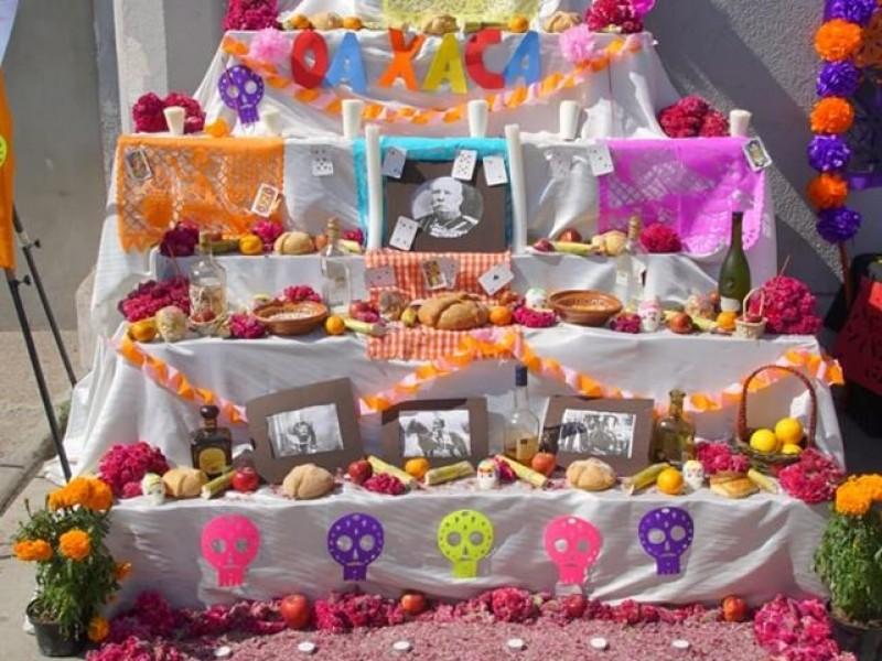 Altares y catrinas en Callejón de la Inclusión