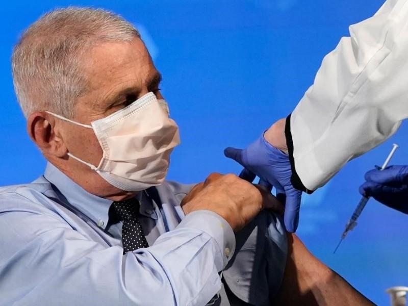 Altos funcionarios de EU se vacunan contra Covid-19