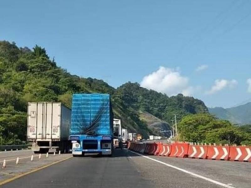 Alud de tierra bloquea autopista México-Tuxpan