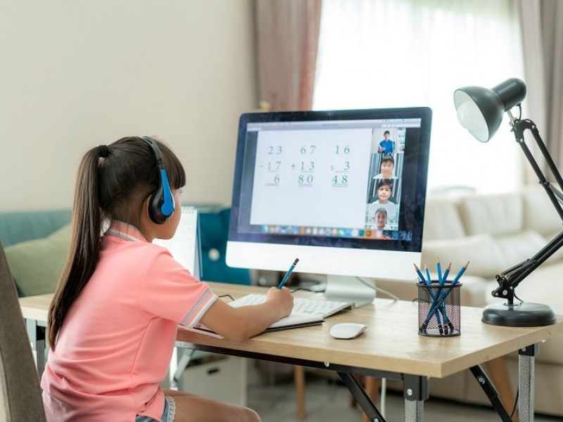 Alumnos aprenden un 45% con clases en línea