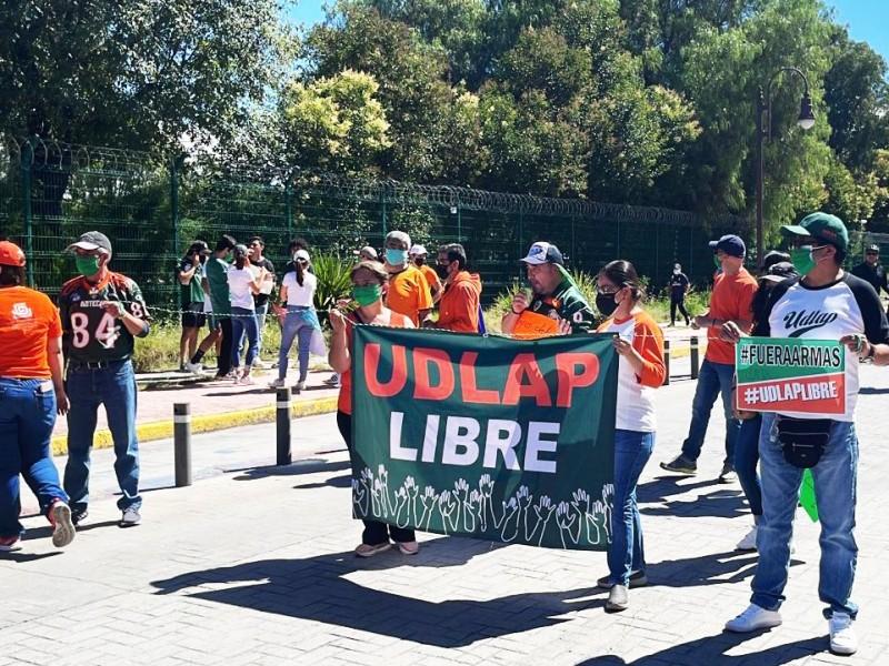 Alumnos de la UDLAP marchan y exigen devolución de campus