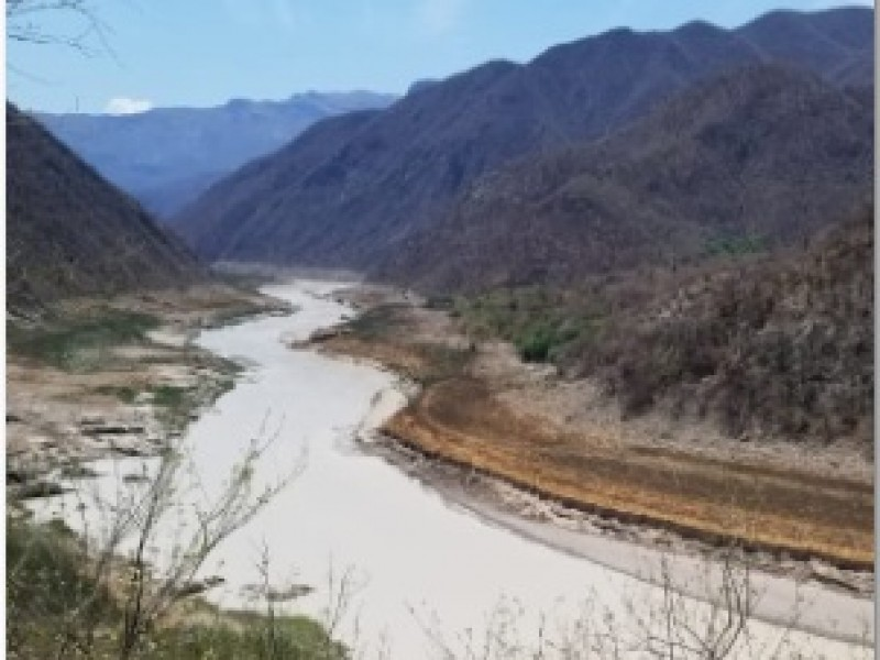 Ambientalistas muestrean agua de presas y río