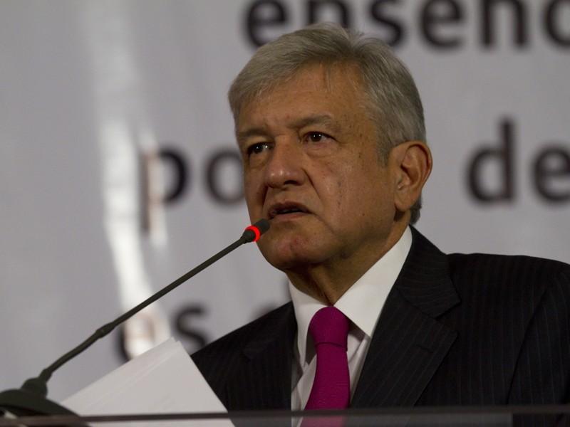 AMLO entrega Ley de Amnistía a bancada Morenista