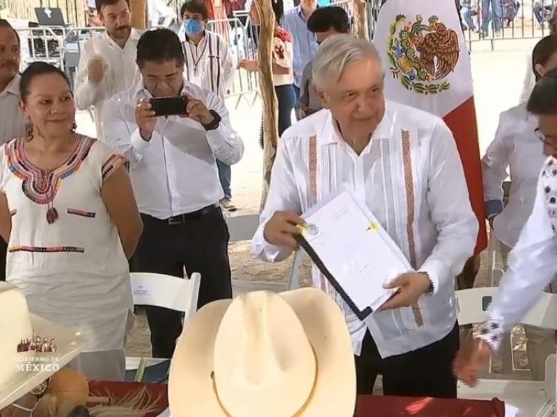 AMLO firma acuerdo con Tribu Yaqui