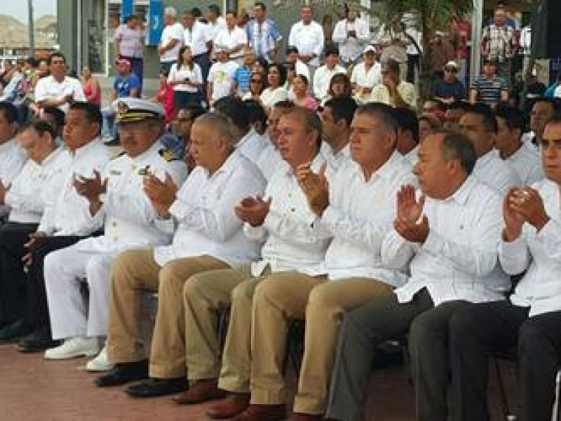 AMLO rinde homenaje a marinos fallecidos