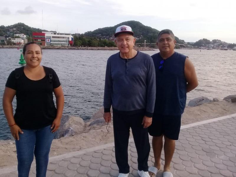 AMLO se pasea en Manzanillo, sin cubrebocas