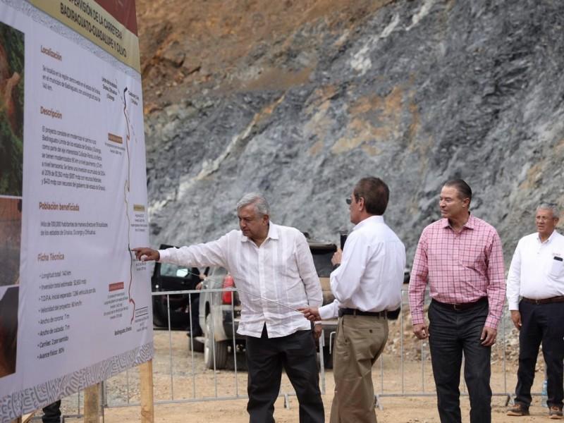AMLO supervisa construcción de la carretera en Badiraguato