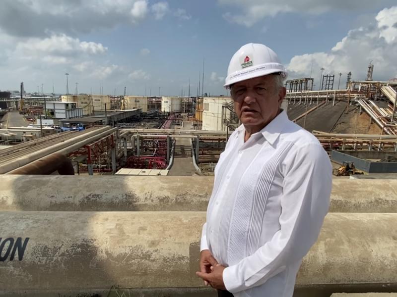"""AMLO visita refinería """"Lázaro Cárdenas"""" en Minatitlán"""
