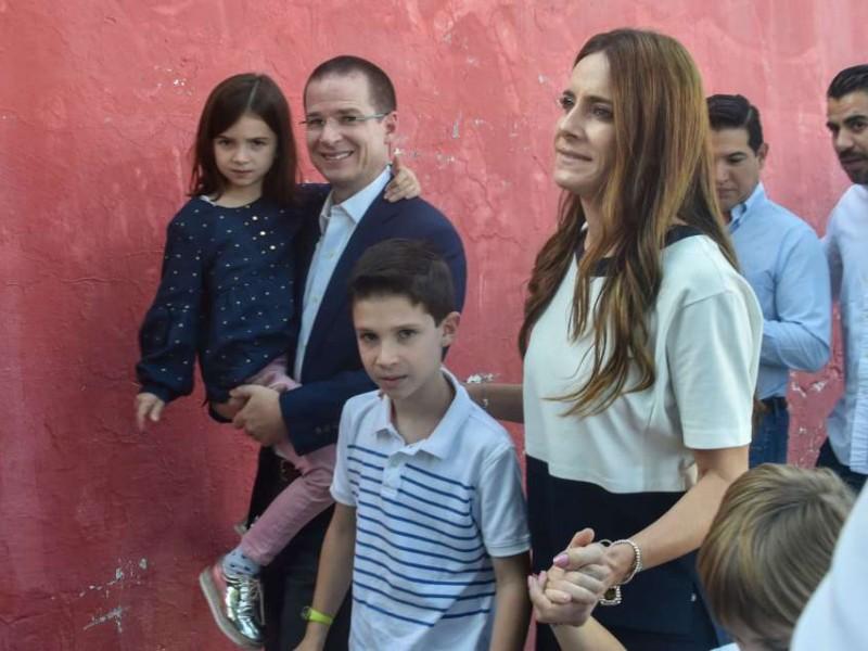 Anaya acude a emitir su voto en Querétaro