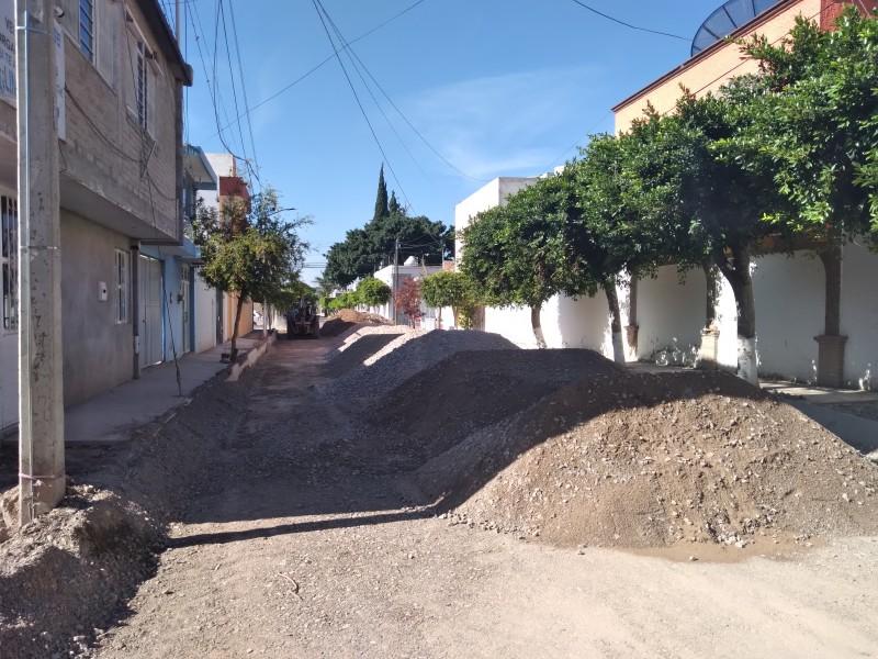 Reanudan obra en calle Gardenia tras retraso por lluvias