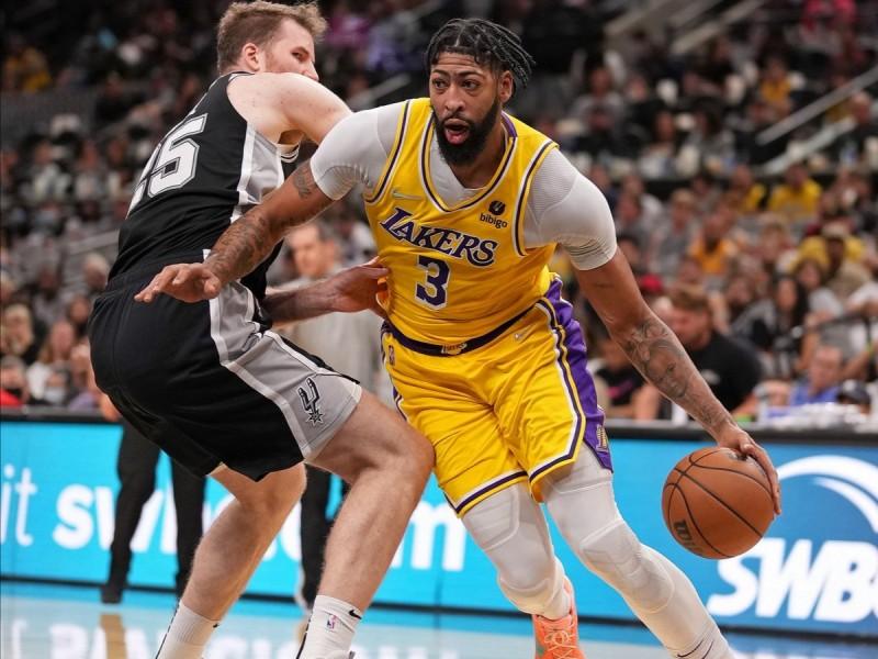 Anthony Davis consigue doble-doble y lidera remontada de Lakers