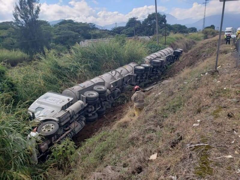 Aparatosa volcadura de pipa en autopista Orizaba-Fortín