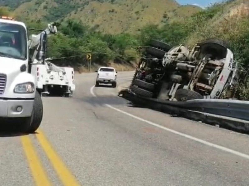 Aparatosa volcadura de pipa en Chiapas deja un muerto