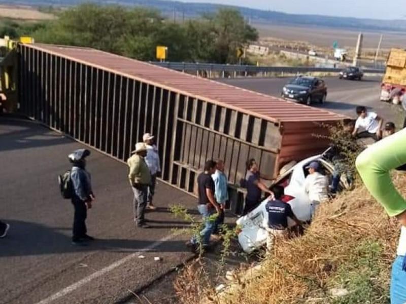 Aparatoso accidente en la Morelia-Salamanca interrumpe circulación