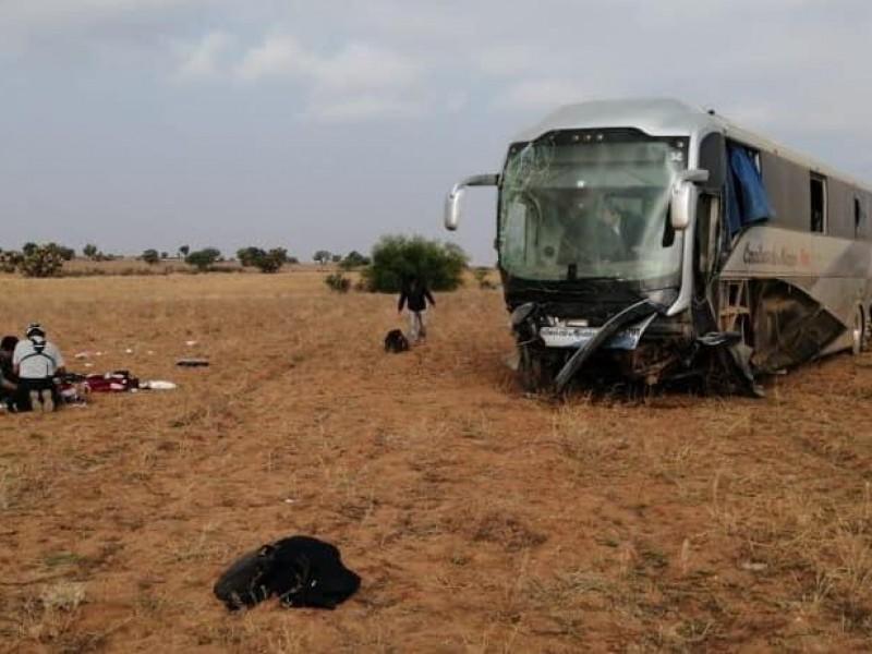 Aparatoso accidente involucra tres vehículos y deja 12 heridos