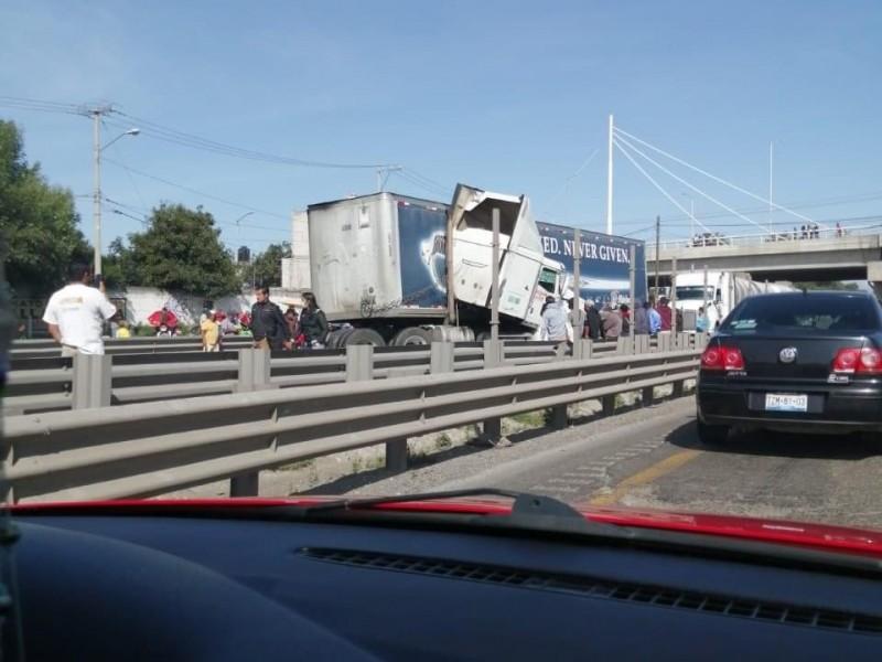 Aparatoso choque en la Puebla-Orizaba paraliza autopista