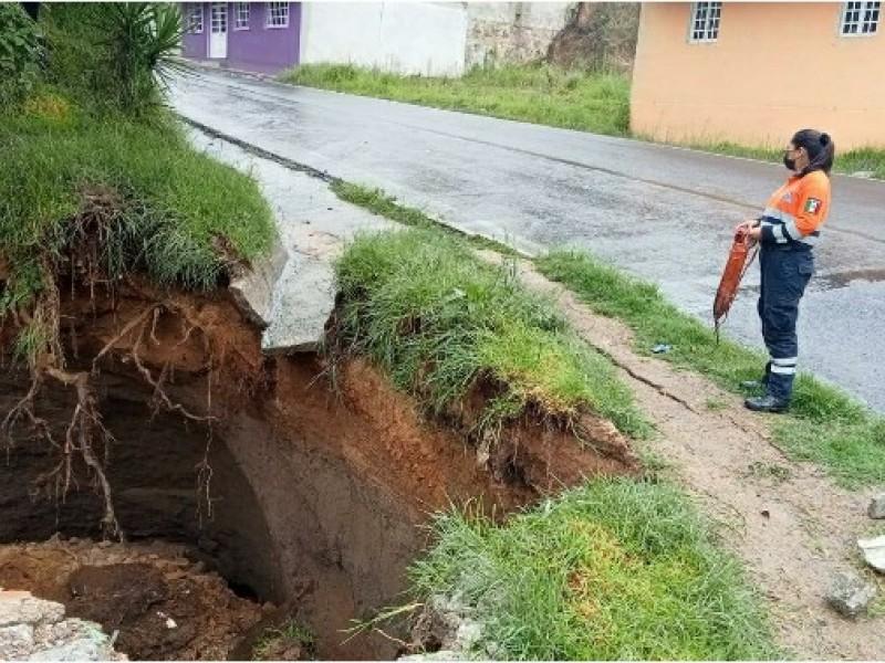 Aparece socavón en carretera a Tlatlauquitepec