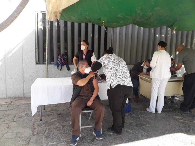Aplican segunda dosis de vacuna Covid en La Laguna