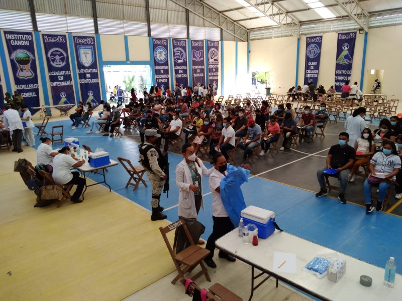 Aplican segunda dosis de  vacuna Pfizer en Juchitán