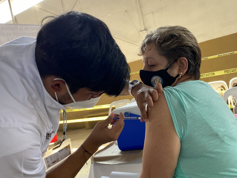 Aplican vacuna CanSino en adultos mayores de Actopan