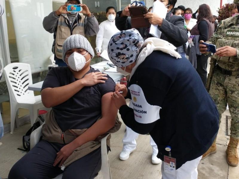 Aplican vacuna contra el Covid19 a personal médico de Tuxpan