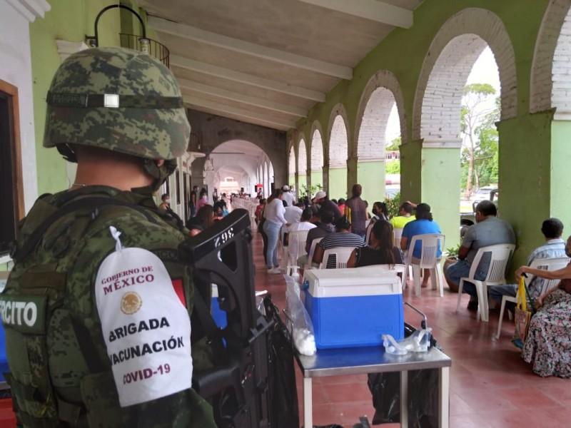 Aplican vacunas contra Covid-19 en El Espinal, Oaxaca