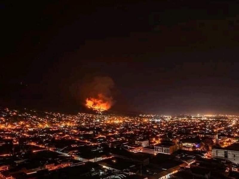 Arde cerro de la Cruz en Uruapan