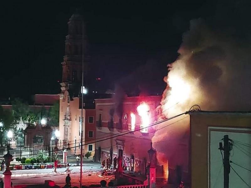 Arde presidencia municipal tras asesinato violento de niña en Fresnillo