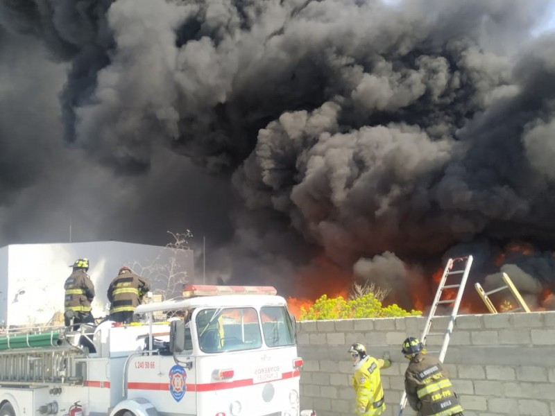 Arde recicladora en El Marqués
