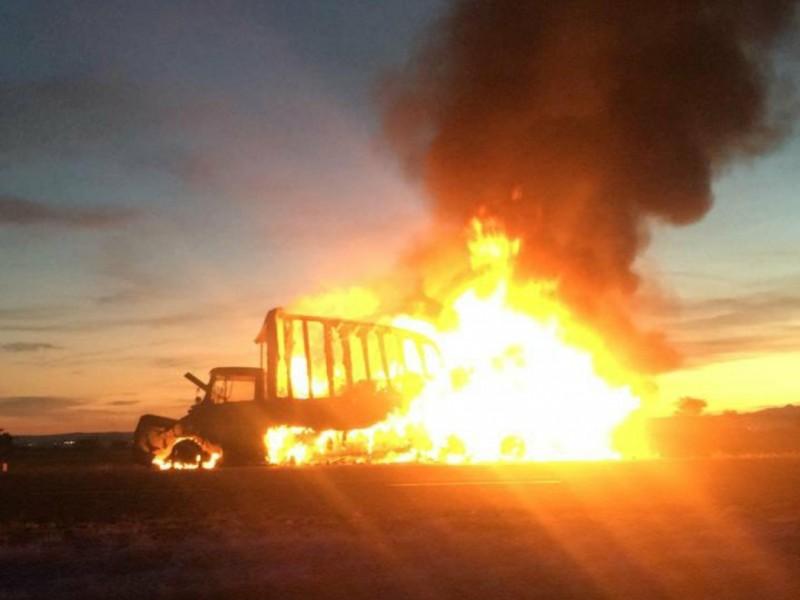 Arde tracto camión en carretera Osiris