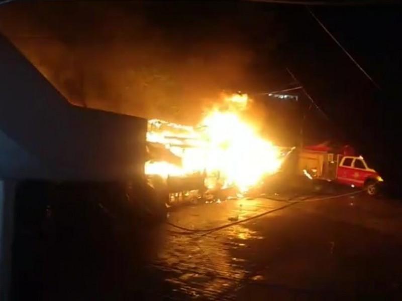 Arden puestos comerciales en Tantoyuca