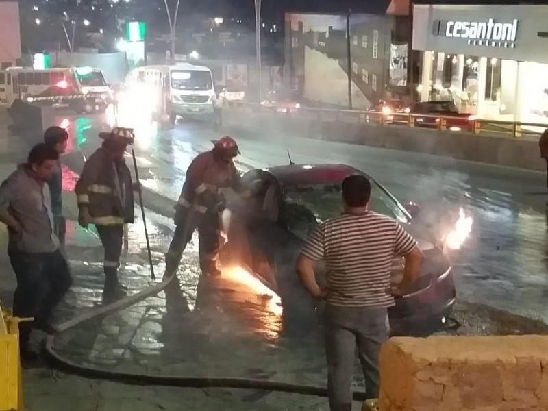 Ardió en llamas coche sobre el bulevar
